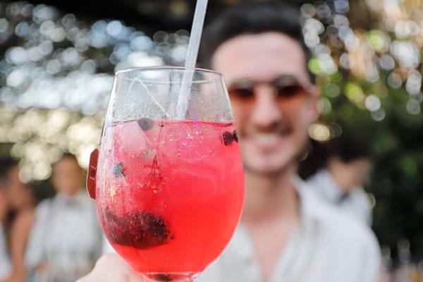 Mixologista Paulo Machado indica: Os chás funcionam muito bem nos drinques. É o caso do fall in love, uma combinação de gin, sachê de chá de frutas vermelhas ou silvestres, suco de tangerina, canela e água tônica