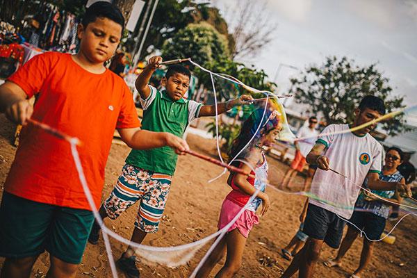 Brincadeiras: crianças aprendem a fazer bolhas gigantes