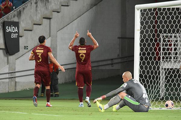 O atacante Wallace Pernambucano comemora o gol após cobrança de penalidade contra o ASSU