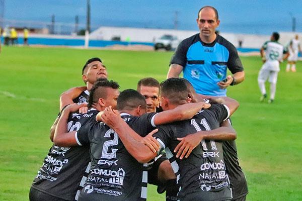 Jogadores comemoram gol no último minuto contra o Palmeira