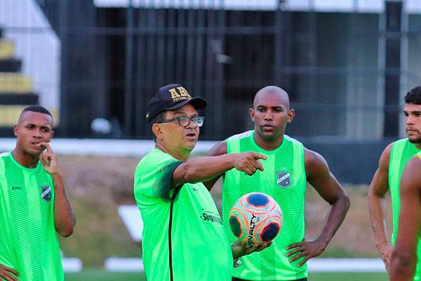O técnico do ABC, Francisco Diá teve trabalho dobrado após perder dois homens do meio campo para o jogo de hoje contra o Potiguar