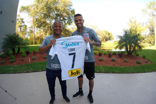 Luan foi apresentado e vestirá a camisa do ídolo Marcelinho