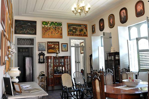 Residência onde Câmara Cascudo viveu mantém o ambiente, os objetos e as memórias do mestre