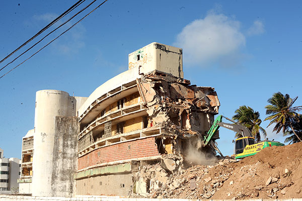 De acordo com empresa contratada para demolir estrutura, com mais dez dias serviço será concluído e depois terreno limpo