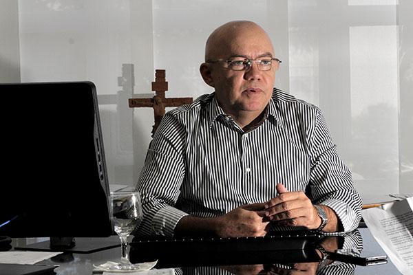 Raimundo Alves recebeu o documento com as sugestões apresentadas pelo Fórum dos Servidores
