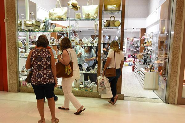 Explicação do IBGE para queda foi que os consumidores esperaram pelo 13º para realizarem compras