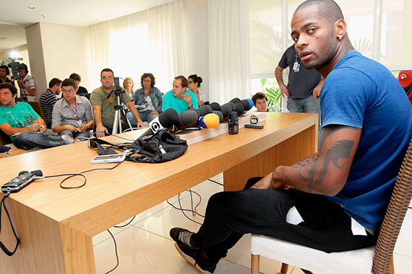 O zagueiro Dedé não renovou seu contrato com o Cruzeiro, que foi rebaixado para a Série B