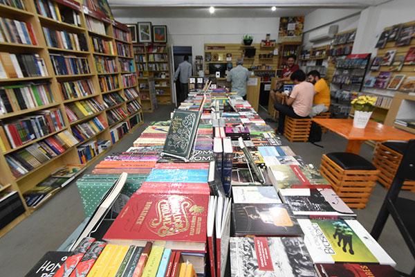 Na nova Manimbu, autores locais dividem espaços iguais com literatura universal. Há cantinhos para os quadrinhos e café