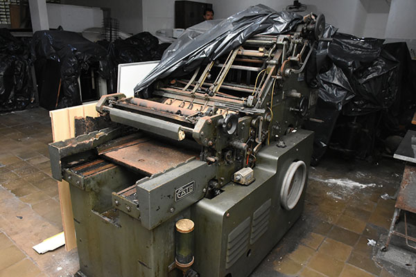 Impressoras da antiga gráfica estão sem uso. Proposta é reformar o espaço e ampliar a livraria