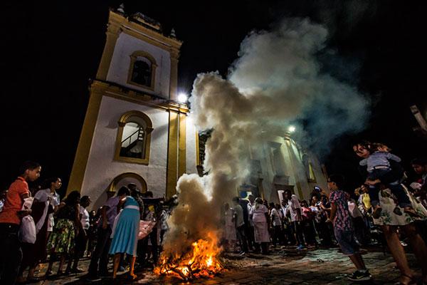 A queima das flores do mês de maio, uma tradição do mês Mariano em São Gonçalo do Amarante, é registrado por Lenilton Lima