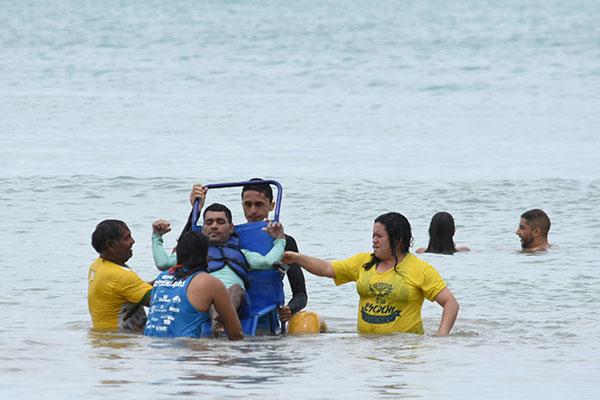 Projeto utiliza cadeiras anfíbias adaptadas para proporcionar segurança no banho de mar