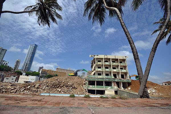 Nesta quinta-feira, demolição havia chegado a 80% do total do prédio. Previsão é de que trabalho seja finalizado neste sábado e só então começará a limpeza do terreno