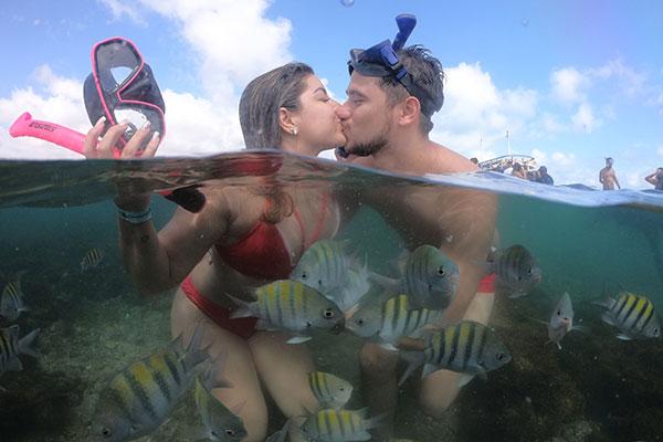 Casal Caroline Corcelli e Lucas Crispin em um raro mergulho nos parrachos de Pirangi