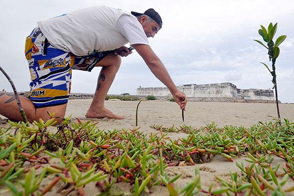 Milton dá aulas de hidroginástica na praia e cuida da área