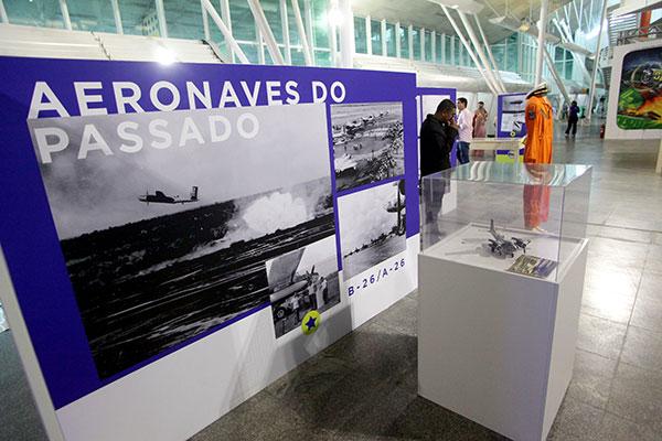 Fotografias e documentos contam a história da aviação