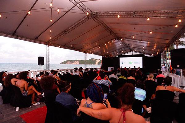 Com tapete vermelho, telão e a brisa do mar, terceira edição do Cine Verão atrai público na praia. No final da tarde acontecem os debates com realizadores. Já as sessões tem início às 18h30