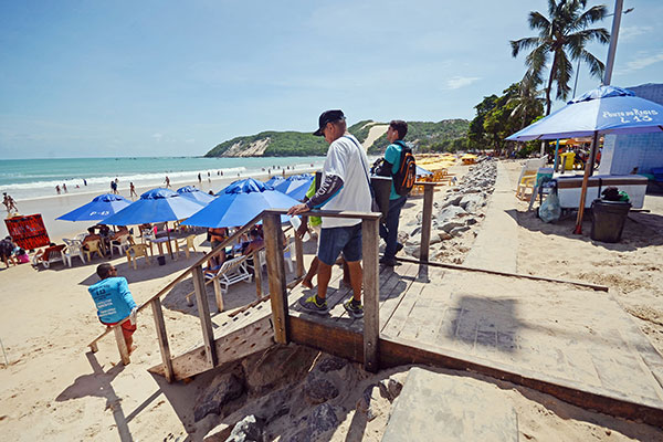 A descida para a faixa de areia deve ser feita por uma das 13 escadas instaladas pela Prefeitura