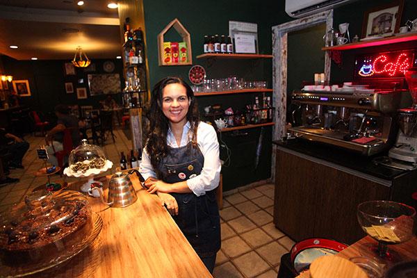 Sócia do café, Widna Gonçalves destaca o clima acolhedor para degustar produtos sem pressa