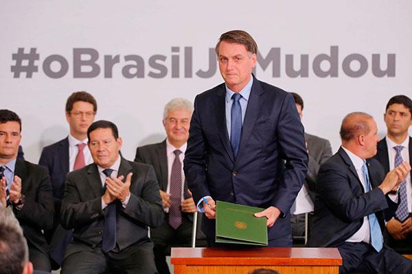 """Jair Bolsonaro afirma que """"zera"""" os impostos federais, desde que os governadores adotem medida semelhante nos Estados"""