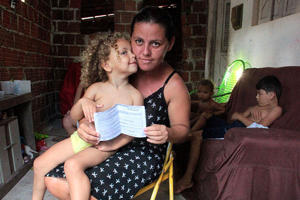 Com três filhos, Karla Basílio, 29 anos, espera a concessão do Bolsa Família há 7 meses, quando fez o Cadastro Único ao ficar desempregada