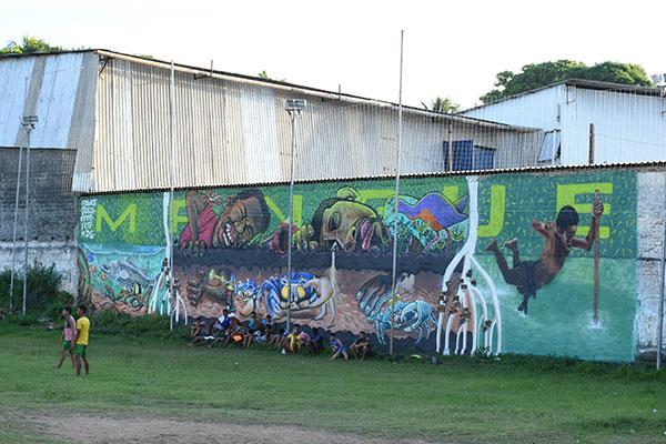 Novo mural em frente ao campinho onde jovens jogam futebol no bairro Noreste