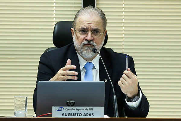 Augusto Aras tem, entre suas funções, a prerrogativa de investigar o presidente da República