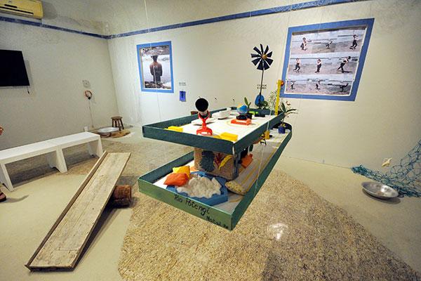 Há instalações sensoriais, fotografias, produções audiovisuais e até um protótipo artístico ambiental