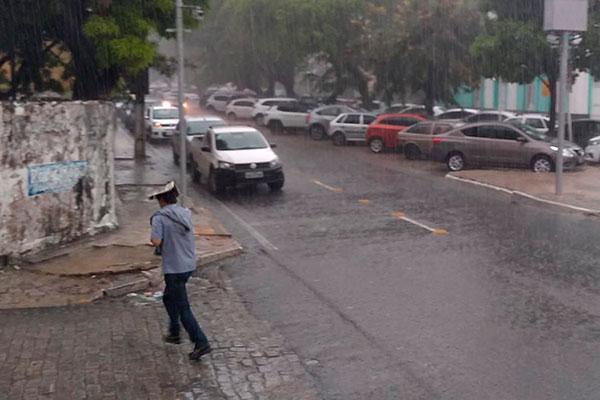 A quinta-feira amanheceu com fortes chuvas e trovoadas que se estenderam pelo resto do dia na capital potiguar