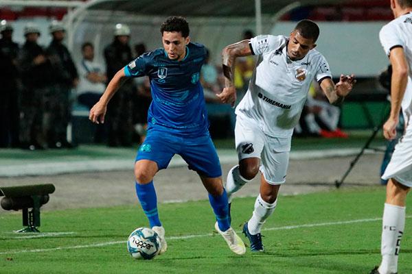 Atacante Toty apareceu mais na segunda etapa, quando o Santa Cruz avançou suas linhas e acabou premiado com um gol no final