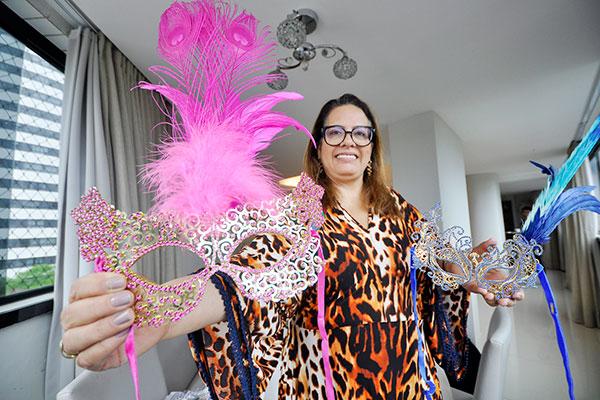 A design Denise Lins incrementa máscaras carnavalescas com pedrarias e plumas