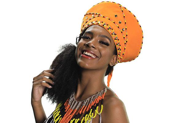 Modelo Maysa Galvão, da Tráfego Models, exibe o isicholo, peça criada por Danielle Brito,  inspirada nos adereços das mulheres Zulu