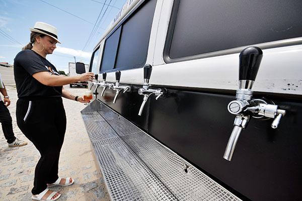 Eliana Angelina com sua Kombi retrô. A Surf Chopp Pub Truck está adaptada para servir chopp gelado em seis chopeiras