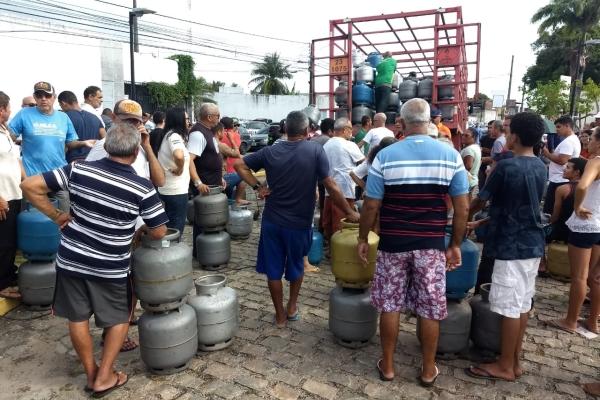 Botijões de gás estão sendo vendidos pelo sindicato, por R$ 40, nesta sexta-feira (14)