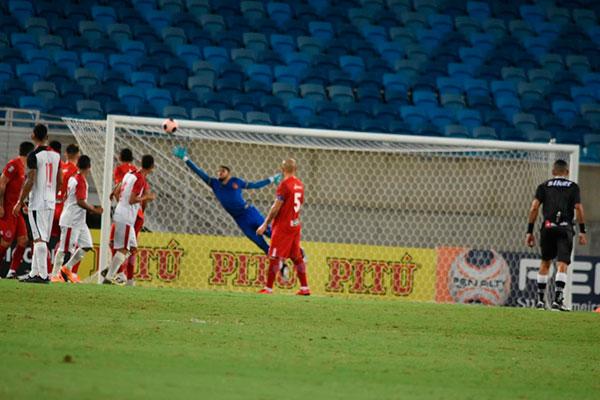 A batida perfeita na bola foi parar no ângulo, sem defesa para o goleiro Ewerton, do América