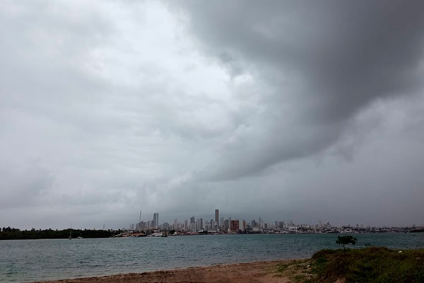 A capital amanheceu registrando chuvas intensas e com trovoadas, com maior volume no fim da manhã e começo da tarde, prejudicando o trânsito em alguns pontos com alagamentos