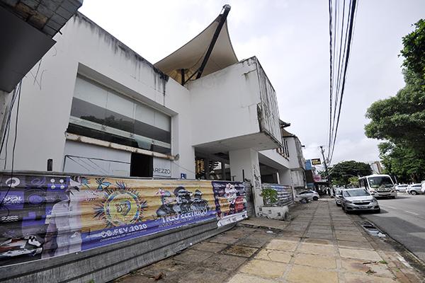 Na Avenida Afonso Pena, um dos prédios abandonados é o do antigo shopping Alamanda Mall, que abrigava lojas importantes até 2011 e fechou há oito anos