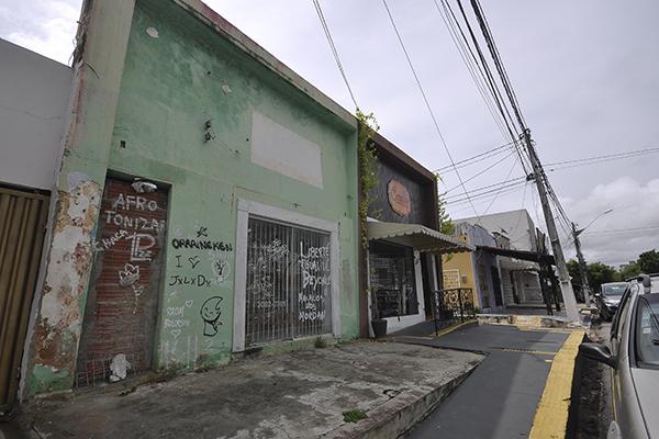 Nos 2 quilômetros de extensão da via, se vê imóveis abandonados ou com placas de venda