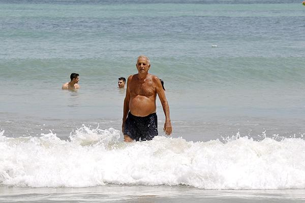 Amante da natação, Eduardo Azevedo esbanja saúde aos 85 anos
