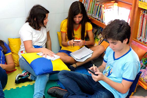 Uso do celular deve ser controlado e orientado por adultos, para que haja maior aproveitamento de seus benefícios