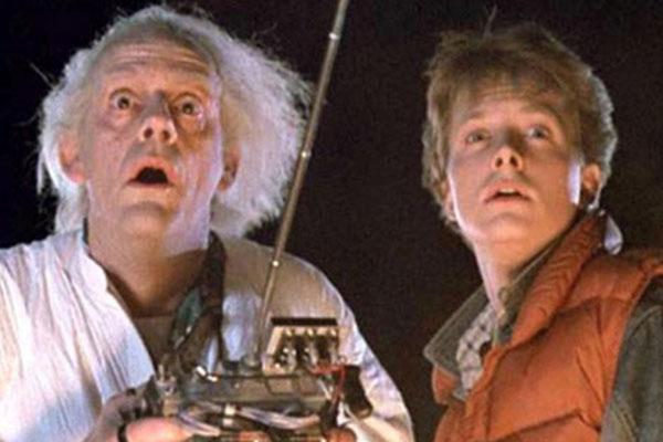 Marty McFly (Michael J. Fox) e do Dr. Emmet Brown (Christopher Lloyd), protagonistas do filme De volta para o futuro
