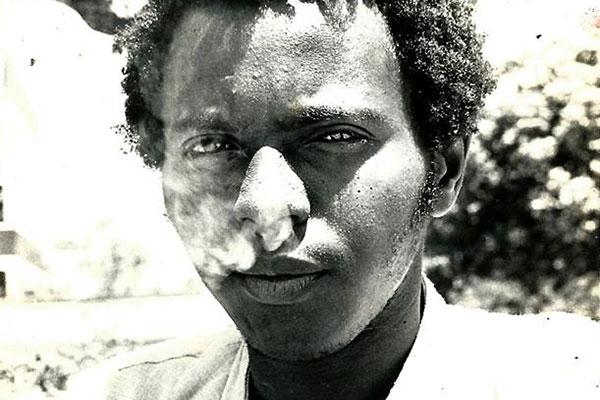 Edgar Borges, o Blackout, fazia bicos para sobreviver e vendia seus poemas na rua. Perseguido pela política, driblava a dor com roupas coloridas e tinha na poesia sua fuga existencial