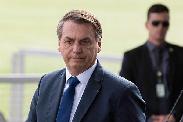 Jair Bolsonaro deve formalizar o licenciamento para pesca e entregar equipamento de segurança