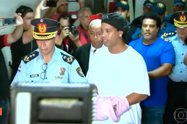 Ronaldinho Gaúcho segue preso no Paraguai e o seu caso está repercutindo em vários setores