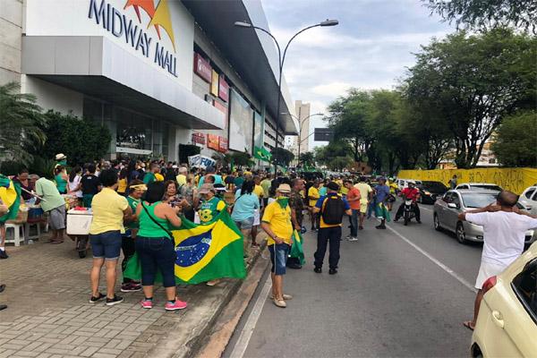 Mobilização pró-governo Bolsonaro na avenida Senador Salgado Filho, em Natal, neste domingo (15)