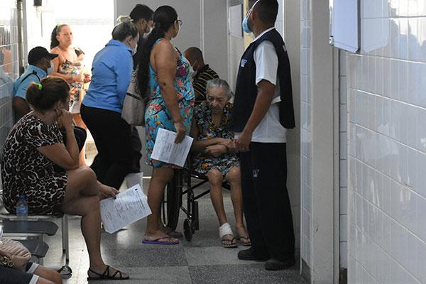No chamado Hospital dos Pescadores, nas Rocas, há realização de testes, mas pessoas reclamam da falta de álcool em gel