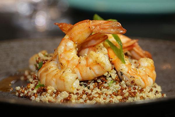 Salada de quinoa e camarão, prato que exemplifica as misturas globais da casa