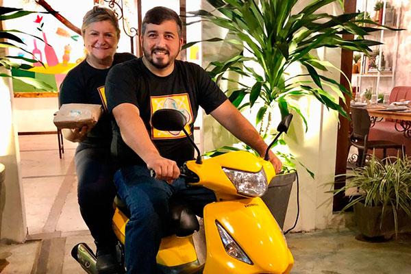 Os chefs Cacau Wanderley e Gabriel Camilo decidiram adotar pela primeira vez o delivery