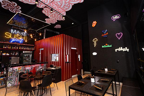 """Cara de bar e menu do Japão: o Makê lança o conceito de """"sushi pub"""", um espaço que serve cozinha japonesa com toque moderno"""