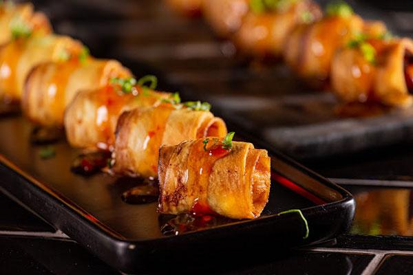 Fusões da casa: salmão envolvido em lâminas de bacon