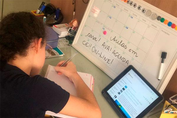 Aluna do 7º Ano do Ensino Fundamental, Giovana Gentil, afirma que estudo é como se estivesse na sala de aula